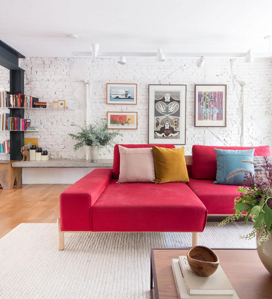 O que vocês acharam do sofá Nando vermelho? Nós achamos que ele ficou perfeito nessa sala