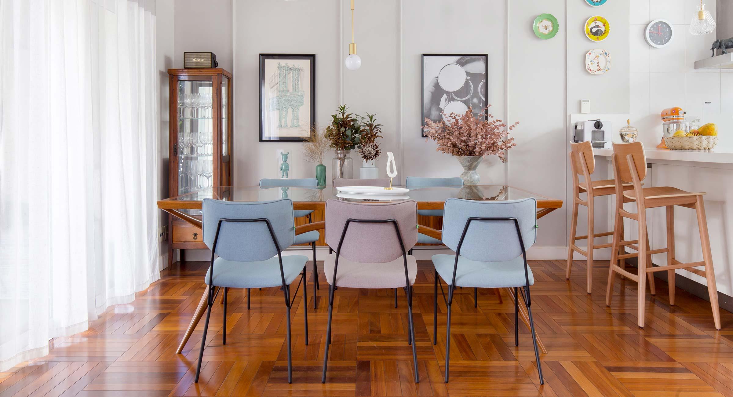 A moradora gosta de misturar peças vintage com itens modernos, como as cadeiras Serafina e o sofá Milu