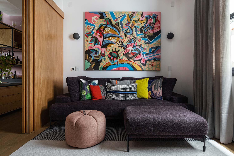 Na sala de TV, o aconchego é garantido com sofá Biggy, tapete Barrado e almofadas