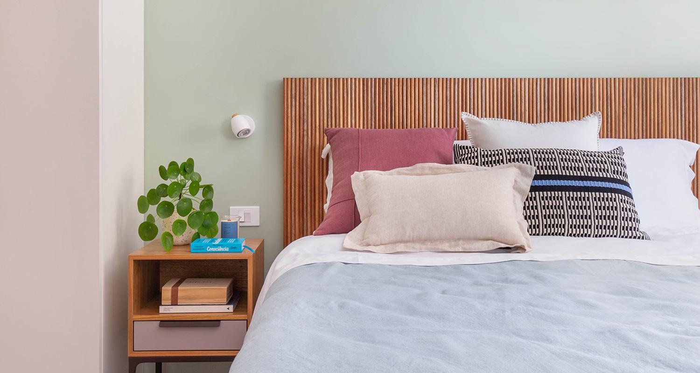 Os escolhidos para esse quarto acolhedor foram: cama Hi-fi, mesa de cabeceira Loft e muitas almofadas